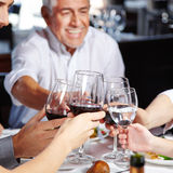Familie, die zusammen isst und trinkt stockfoto