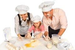 Familie, die zusammen kocht Stockbild
