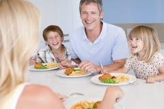 Familie, die zusammen a-Mahlzeit, Mealtime isst lizenzfreies stockfoto