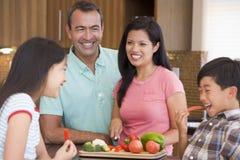 Familie, die zusammen Mahlzeit, Mealtime vorbereitet Lizenzfreies Stockfoto