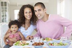 Familie, die zusammen Mahlzeit zu Hause genießt lizenzfreie stockfotos