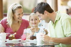 Familie, die zusammen am Mall zu Mittag isst stockfotos