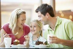 Familie, die zusammen am Mall zu Mittag isst lizenzfreie stockbilder
