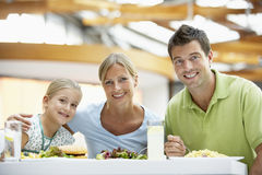 Familie, die zusammen am Mall zu Mittag isst Lizenzfreies Stockfoto