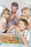 Familie, die zusammen Pizza isst Lizenzfreie Stockfotos