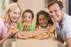 Familie, die zusammen Pizza isst Stockbilder