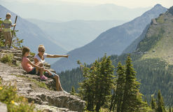 Familie, die zusammen in Rocky Mountains wandert Stockfoto