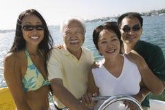 Familie, die zusammen segelt stockbild