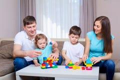 Familie, die zusammen Spiel zu Hause spielt Lizenzfreies Stockfoto