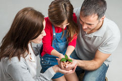 Familie, die zusammen wächst lizenzfreie stockfotos