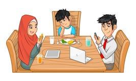 Familie, die zusammen Zeichentrickfilm-Figur mit missmutigem Jungen isst Stockbilder