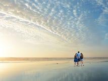 Familie, die zusammen Zeit auf schönem Strand genießt stockfotografie