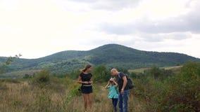 Familie, die zusammen Zeit beim Reisen verbringt Ferien in den Bergen stock footage