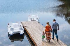 Familie, die zusammen Zeit nahe dem See draußen verbringt Lizenzfreies Stockfoto