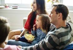 Familie, die zusammen Zeit zu Hause verbringt stockfotografie