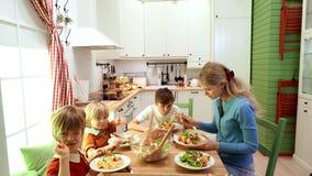 Familie, die zusammen zu Abend isst stock footage