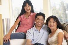 Familie, die zusammen zu Hause sitzt Stockfotografie