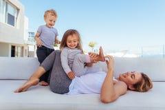 Familie, die zusammen zu Hause spielt lizenzfreie stockbilder