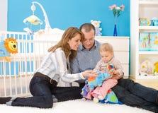 Familie, die zusammen zu Hause spielt Stockbilder