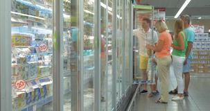 Familie door de Ijskast in de Supermarkt stock video