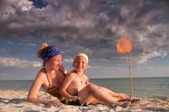 Familie door de oceaan Stock Foto's
