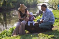 Familie door de rivier stock foto