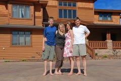 Familie door het huis Royalty-vrije Stock Foto's