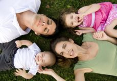 Familie draußen Stockfoto