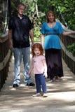 Familie draußen auf einer hölzernen Fuss-Brücke (1) Lizenzfreie Stockbilder