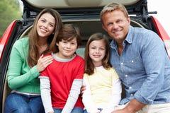 Familie draußen mit Auto lizenzfreies stockfoto