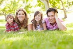 Familie draußen Lizenzfreie Stockfotos