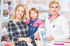Familie in drogisterij royalty-vrije stock foto's