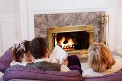 Familie durch das Feuer lizenzfreie stockbilder