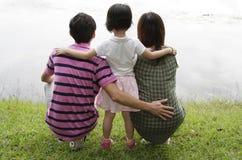 Familie durch einen See lizenzfreies stockfoto
