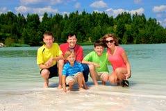 Familie durch grünen See Lizenzfreies Stockfoto