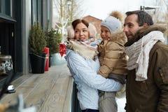 Familie durch Kiosk lizenzfreies stockfoto