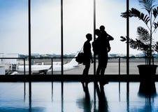 Familie in een aardig ogenblik die bij Luchthaven op vertrek wachten royalty-vrije stock foto