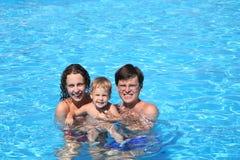 Familie in een pool2 Royalty-vrije Stock Afbeeldingen