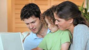 Familie in een woonkamer stock video
