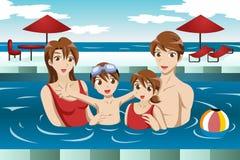 Familie in een zwembad Stock Fotografie