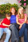 Familie an einem Haus Lizenzfreie Stockfotos