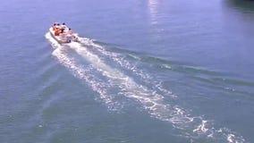 Familie in einem kleinen Boot geht heraus für einen Tag des entspannenden Bootfahrtspaßes voran stock video