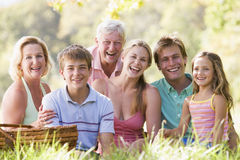 Familie an einem Picknicklächeln Lizenzfreie Stockfotografie
