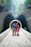 Familie in einem Tunnel Stockfoto