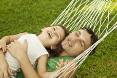 Familie in einer Hängematte auf der Natur Lizenzfreies Stockfoto