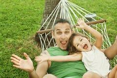 Familie in einer Hängematte auf der Natur Lizenzfreie Stockfotos