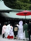 Familie in einer Prozession während einer Zeremonie einer traditionellen japanischen Hochzeit lizenzfreie stockbilder