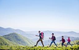 Familie in einer Wanderung lizenzfreie stockbilder