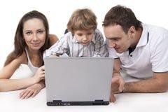 Familie en computer Royalty-vrije Stock Foto's
