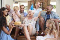 Familie en de vrienden die grandmaï de verjaardag van ¿ de vieren ½ s, sluiten omhoog stock fotografie